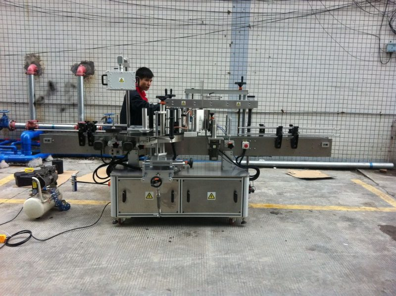 China Full automatic adhesive Round Bottle Labeling Machine For Pet Bottles front and back supplier